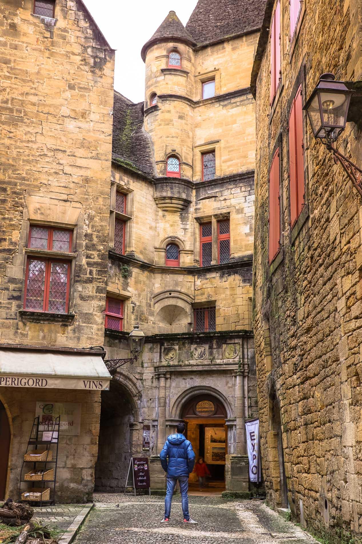 facade-maison-centre-de-sarlat-en-dordogne