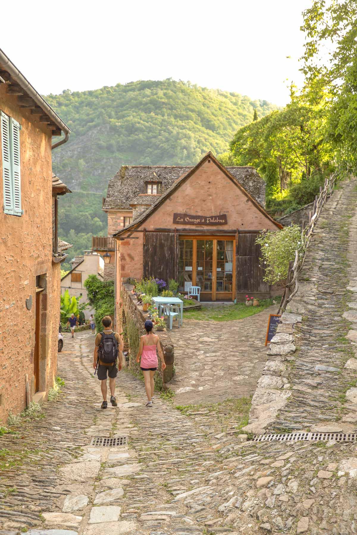 Ruelle-du-village-en-aveyron