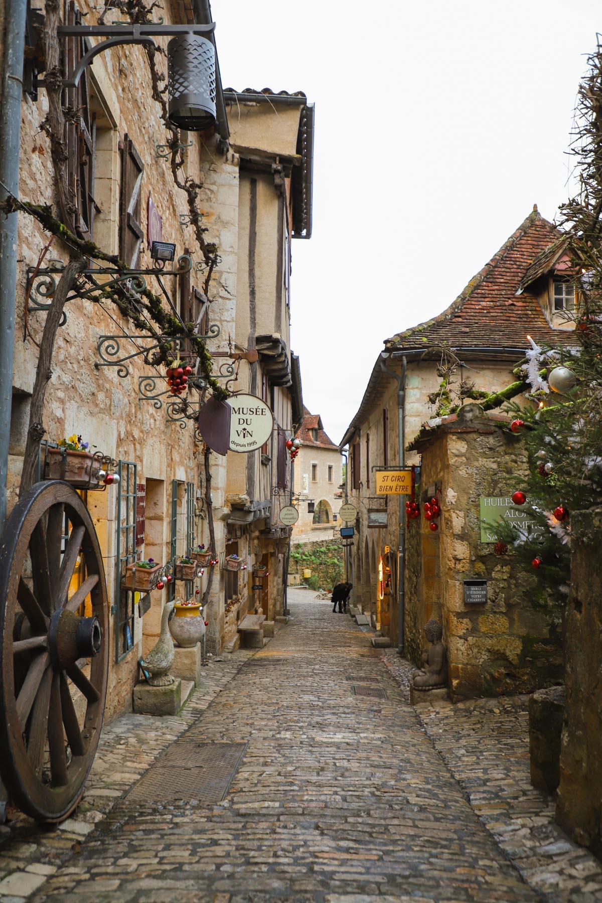 petite-ruelle-en-occitanie-dans-le-lot